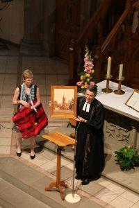Pierre et Danièle Kopp reçoivent le cadeau de la paroisse